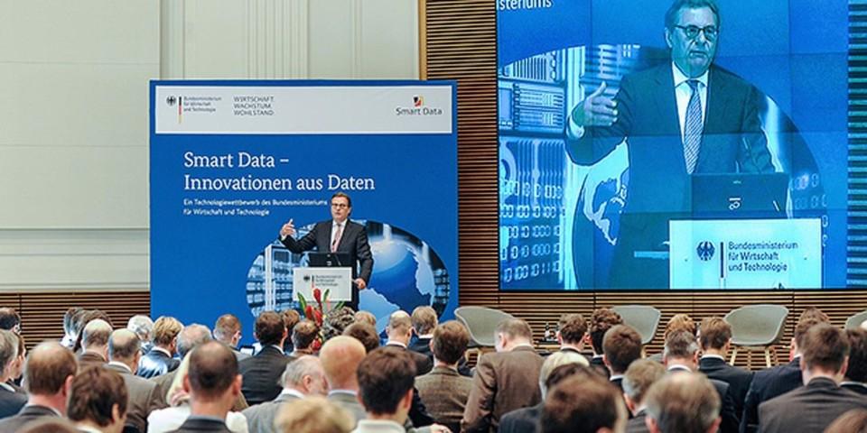 """Staatssekretär Hans-Joachim Otto appelliert an die deutsche Wirtschaft, wirtschaftliche Chancen im """"Big Data""""-Markt stärker als bisher zu nutzen."""