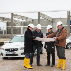 Vor-Ort-Begehung (von links): Jörg Grotendorst, Leiter der Business Unit Inside e-Car, Manfred Albrecht, Siemens Real Estate Erlangen, Lam Hong, ConTech GmbH und Joachim Blunck, Produktionsleitung Inside e-Car.