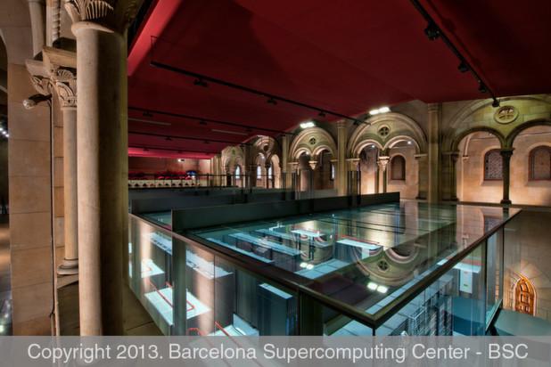 """MareNostrum (lateinisch für """"unser Meer"""", eine alte Bezeichnung für das Mittelmeer) ist ein Supercomputer an der Universitat Politècnica de Catalunya in Barcelona. Der IBM-Cluster ist in eine säkularisierte Kapelle eingebaut und von hohen Glaswänden umgeben."""