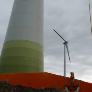 Auf die Schraubenverbindungen an Windkraftanlagen greifen hohe Kräfte und Momente an.
