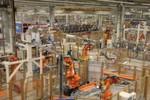 Im Karosseriebau setzt BMW auf Robotertechnik von ABB. Hier wird nicht geschweißt, sondern geklebt.