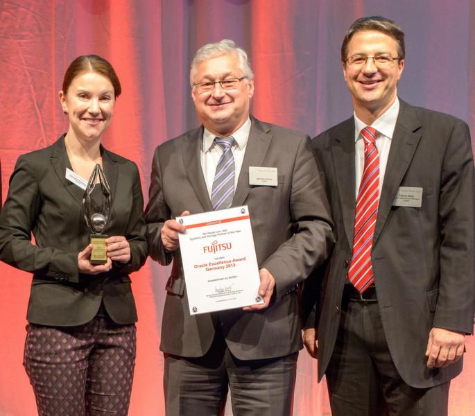 """Cornelia Kühling von Fujitsu nahm den Award für den """"Systems and Storage Partner of the Year"""""""