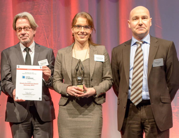 "Der ""Applications Partner of the Year"": Christina Beinker und Wilhelm Rongen (l.) von Igepa mit Oracle-Manager"