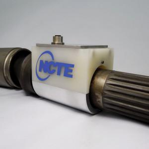 Der Sensor ist direkt in die Bogenzahn-Gelenkwellen von Richtmaschinen integriert. Erkennt er Überbelastungen, regelt die Steuerung den Antrieb, bevor die Gelenkwellen Schaden nehmen.