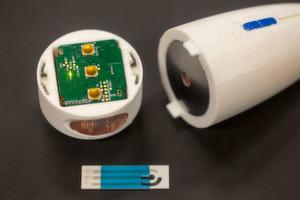 SENSE: das Tricorder-ähnliche System soll via Hautkontakt Vitaldaten erfassen und mit Messstreifen Umweltinformationen sammeln.