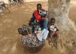 Eine Familie von 20 bis 25 Personen verbraucht in Burkina Faso für ihre Kleingeräte jährlich 900 bis 1100 Einwegbatterien, ein ganzes Dorf ca. 78.000 Zellen.