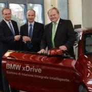 Ralf Rhein, Geschäftsführer und Inhaber des Autohauses Rhein (Mitte), übergab den BMW 650iX an Hugo Neugebauer, Präsident der Handwerkskammer für Unterfranken (rechts), und Matthias Dingfelder, Akademieleiter.
