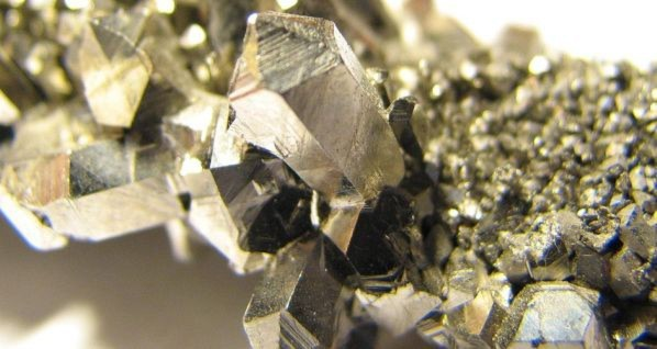 Niob-Kristalle: Niob wird als Legierungszusatz für rostfreie Stähle, Sonderedelstähle und Nichteisenlegierungen verwendet. Außerdem kommt es in der Elektronik zum Einsatz.