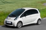 Den C-Zero hat Citroën 2013 leicht überarbeitet. Das Drehmoment des elektrischen Antriebsmotors stieg von 180 auf 196 Newtonmeter. Abgespeckt hat dagegen die Batterie. Ihre Zellenzahl sank von 88 auf 80 und damit das Leergewicht des Autos um 55 auf 1.140 Kilogramm. Trotzdem soll die Reichweite von etwa 150 Kilometern unverändert geblieben sein.