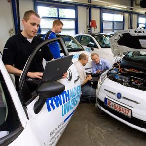 """""""Chair of Production Engineering of E-Mobility Components"""" heißt der neue Lehrstuhl an der RWTH Aachen. Studierende hier die Produktion von Batterien, elektrischen Antriebssträngen und die Montageprozesse von Elektrofahrzeugen erlernen."""