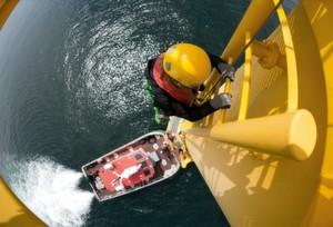 Konstruktionsbedingt sind Windkraftanlagen, insbesondere Offshore-Anlagen, im Brandfall schwer zugänglich.