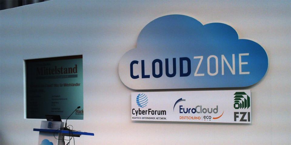 Die CloudZone-Messe hat nur eine verhältnismäßig kleine Ausstellungsfläche, aber ihr sind zwei Konferenzen angeschlossen. Das Forum für Podiumsdiskussionen zeigt die Sponsoren der Messe.