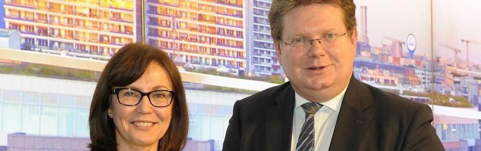 Rada Rodriguez, Vorsitzende der Geschäftsführung von Schneider Electric, und Dr. Arndt Neuhaus, Vorstandsvorsitzender von RWE Deutschland, geben auf der Messe E-world die E-Mobility-Kooperation bekannt.