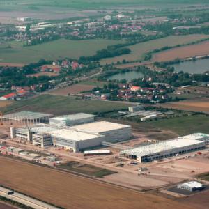 Auf einer Fläche von 44 Fußballfeldern realisiert die Köster GmbH in Erfurt für den Stuttgarter Buchgroßhändler Koch, Neff & Volckmar GmbH (KNV) und das Schwesterunternehmen Koch, Neff & Oetinger Verlagsauslieferung GmbH (KNO VA) das größte und modernste Logistikzentrum Europas.