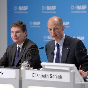 Dr. Kurt Bock, Vorstandsvorsitzender (Mitte) und Dr. Hans-Ulrich Engel, Finanzvorstand der BASF (links) verkünden bei der Bilanzpressekonferenz ein gutes Ergebnis.
