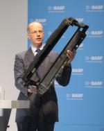 Vorstandsvorsitzender Dr. Kurt Bock präsentiert den Frontendmontageträger für den VW Golf 7 aus BASF-Kunststoff, der mit der Simulationsmethode Ultrasim entworfen wurde.