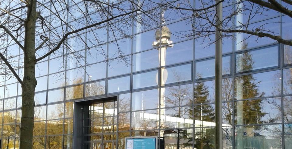 So wie sich der CeBIT-Turm hier in der Glasfassade der Halle 13 spiegelt, so soll die Messe ein Spiegelbild der IT-Welt darstellen.