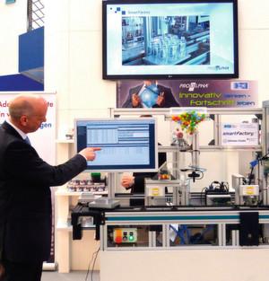 Der Demonstrator zeigt, wie die Produktionssysteme vertikal mit den betriebswirtschaftlichen Prozessen im ERP-System vernetzt sind.