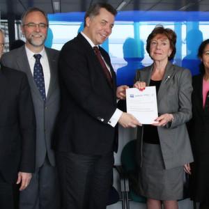 Die Cyber Security Coordination Group übergibt das White Paper an EU-Kommissarin Neelie Kroes.