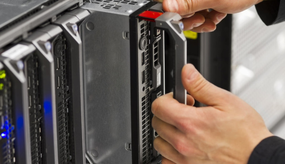 Ein Blade-Server-Chassis bietet mehreren Blade-Servern Platz und sorgt beispielsweise für die Kühlung, den Netzwerkanschluss, verschiedene Schaltverbindungen und das Management.