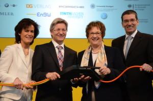 Nachdem die zahlreichen Projektpartner den Stecker gesteckt haben, kann das SLAM-Projekt starten. Im Bild (v.l.): Dr. Annette Winkler (Smart), Elmar Frickenstein (BMW), Brigitte Zypries und Peter Erlebach (DG-Verlag).