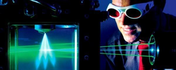 Um Verbrauch und Emissionen moderner Benzinmotoren weiter zu senken, optimiert Bosch auch deren Einspritzventile. Das Spraybild der Einspritzventile wird mit Hilfe einer berührungslosen Laser-Messtechnik untersucht.