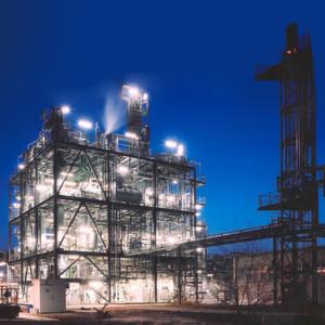 Die Produktionsanlagen des Standortes Schwarzheide bei Nacht. Auf dem Foto ist die MNT-Anlage zu sehen. Mononitrotoluol ist ein Ausgangsstoff für die Isomerentrennung und zur Synthese von Toluidin.