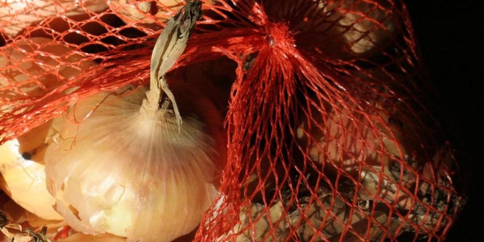 Zwiebelnetz: Onion Routing verpackt Datenpakete für verschiedene Zwischenstationen und verspricht mehr Anonymität.