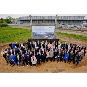 Die Mitarbeiter von Benteler Distribution Deutschland beim Spatenstich für das neue Zentrallager in Duisburg.