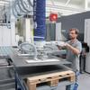 Vakuumheber optimiert die Beladung von Präzisionsrichtmaschinen