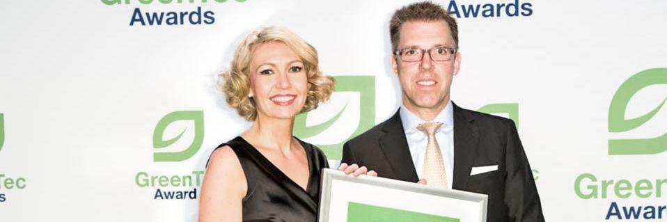 Helene Derksen-Riesen, Leiterin internationales Gebäude- und Energiemanagement, und Weidmüller Finanzvorstand Harald Vogelsang freuen sich über den GreenTec Award.