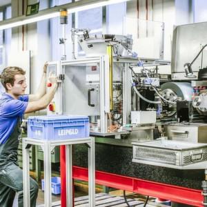 Spitzenloses Schleifen auf der Tschudin-Maschine ecoLine 400 CNC.
