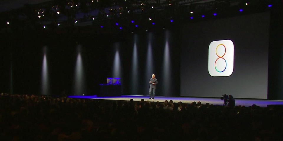 Apple CEO Tim Cook und Craig Federighi präsentieren auf der Bühne im Moscone Center in San Francisco vor knapp 6000 Softwareentwicklern Neuheiten rund um Mac OS X und iOS.