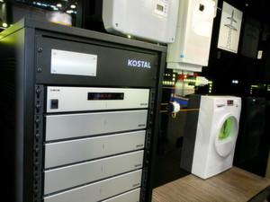 Wenn es sein muss, läuft die Waschmaschine auch nachts: Ein Energiemangementsystem für den Direktverbrach von pohotvoltaisch erzeugtem Strom gibt es von Kostal Solar Electric zusammen mit dem Energiespeicher. Vorgestellt wurde das Systen auf der Intersolar 2014.
