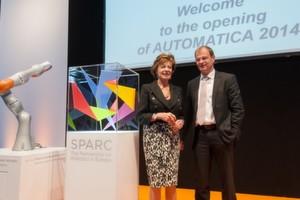 Die Vizepräsidentin der europäischen Kommission Neelie Kroes und Stefan Kapferer stellten SPARC auf der Automatica 2014 vor.