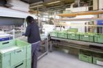 Nicht nur beim Kommissionieren, bei allen Wiederholarbeiten sind eine ergonomische Arbeitshaltung und das Vermeiden von einseitigen Belastungen wichtig (Qualitätsprüfplatz an der Reinigungsstation bei den Wüsthof Dreizackwerken).