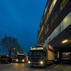 Die Planzer Holding AG verfügt über 43 Standorte in der Schweiz und Tochtergesellschaften in Luxemburg, Italien und Deutschland und hat 1300 Fahrzeuge.