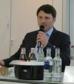 Daniel Wauben, Projektleiter bei Chemcologne, begrüßt die Anwesenden Mitglieder und Pressevertreter.