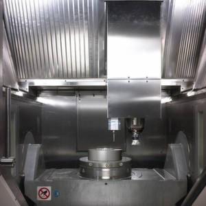 Hybridbearbeitungen werden wichtiger: Arbeitsraum eines 5-Achsen-Bearbeitungszentrums von Hermle mit integrierter MPA-Technik bei der Herstellung eines Werkzeugeinsatzes.