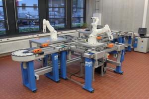 Die Gesamtansicht der flexiblen Produktions-, Montage- und Prüfanlage auf Basis des Werkstückträger-Transportsystems von Stein und vier 6-Achsen-Robotern von Adept.