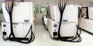 Reinraumfertigung: Im Kundenauftrag fertigt Riegler vor allem Produkte für die Bereiche Diagnostik, Augenoptik und Verschlüsse. Insgesamt stehen 110 Spritzgießmaschinen zur Verfügung.