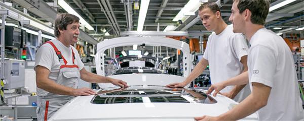 Der Mensch bleibt: Auch in der Fabrik der Zukunft wird der Mensch der Erfolgsfaktor sein. Weil er denken, sehen und fühlen kann, besser als jeder Roboter.