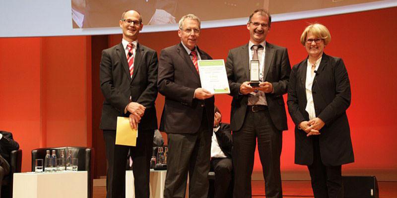 Jon Abele und Staatssekretärin Cornelia Rogall-Grothe übergeben den Publikumspreis an Dataport