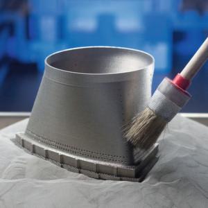 Dieses kurze Rohrstück verbindet zwei Teile einer Gasturbine. Der fließende Übergang von einer runden in eine eckige Form ist mit herkömmlichen Produktionsverfahren schwierig herzustellen. Mit 3D-Druckern geht es ganz einfach.
