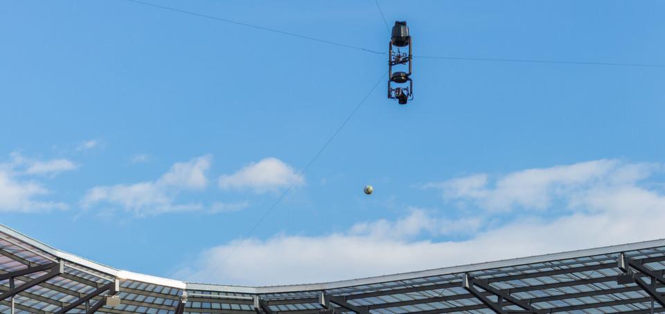 Die spidercam® Seilkameraroboter lassen sich in alle Richtungen frei bewegen. Sie bringen die Fans vor den Bildschirmen hautnah zu den Spielen.