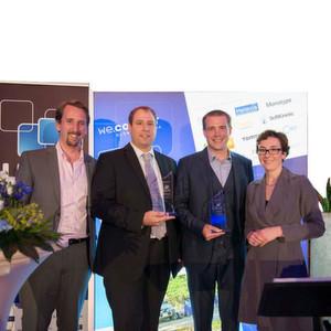 Dr. Matthias Lust (2.v.l.), Leiter der Preh Vorentwicklung, nimmt den Car HMI Award 2014 für das innovative Preh Mittelkonsolen-Konzept entgegen.