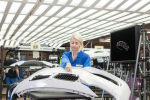 Mit Industrie 4.0 wird in der Automobilindustrie der Qualitätscheck per viruteller Gestensteuerung möglich.