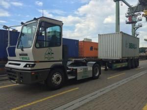 Der Elektro-LKW mit 20-Fuß-Container im Umschlagterminal am Berliner Westhafen.