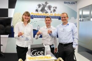 Basler stößt auf seine neue Kamera-Produktion in Singapur an.