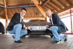 Entwicklungschef Nunzio La Vecchia (links) und Jens-Peter Ellermann, Vorstand des Verwaltungsrates des Herstellers Nanoflowcell, freuen sich über das Kennzeichen.